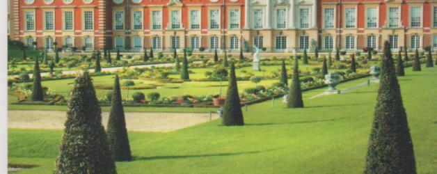 un jardin merveilleux autour d'un palais baroque